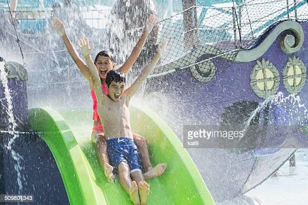 Kinder auf Wasserrutsche