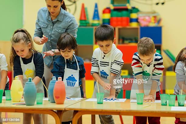 Kinder Malen mit Wasserfarben Ihre Hände