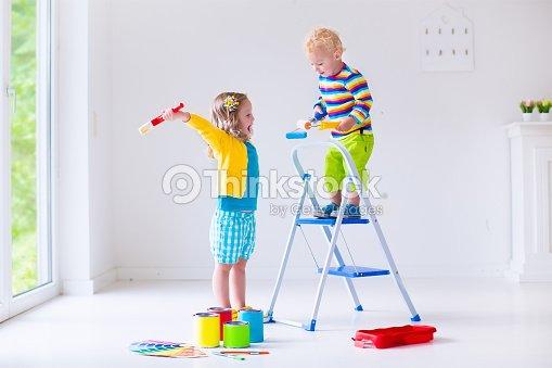 Los Niños Pintando Las Paredes En Su Foto de stock | Thinkstock