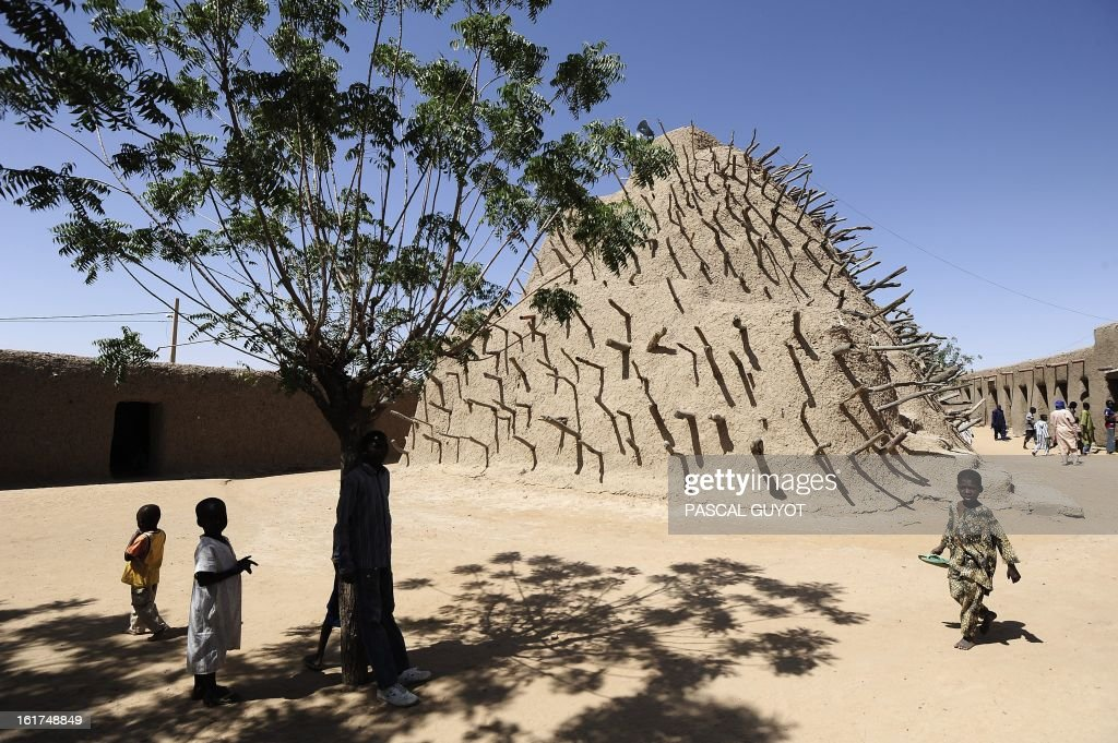 Children play beside the tomb of the Askia on February 15, 2013 in Gao, northern Mali. The European Union on Friday announced fresh aid worth 20 million euros to help restore law and order in Mali as well as the return of basic state services such as education after months of trouble. AFP PHOTO / PASCAL GUYOT