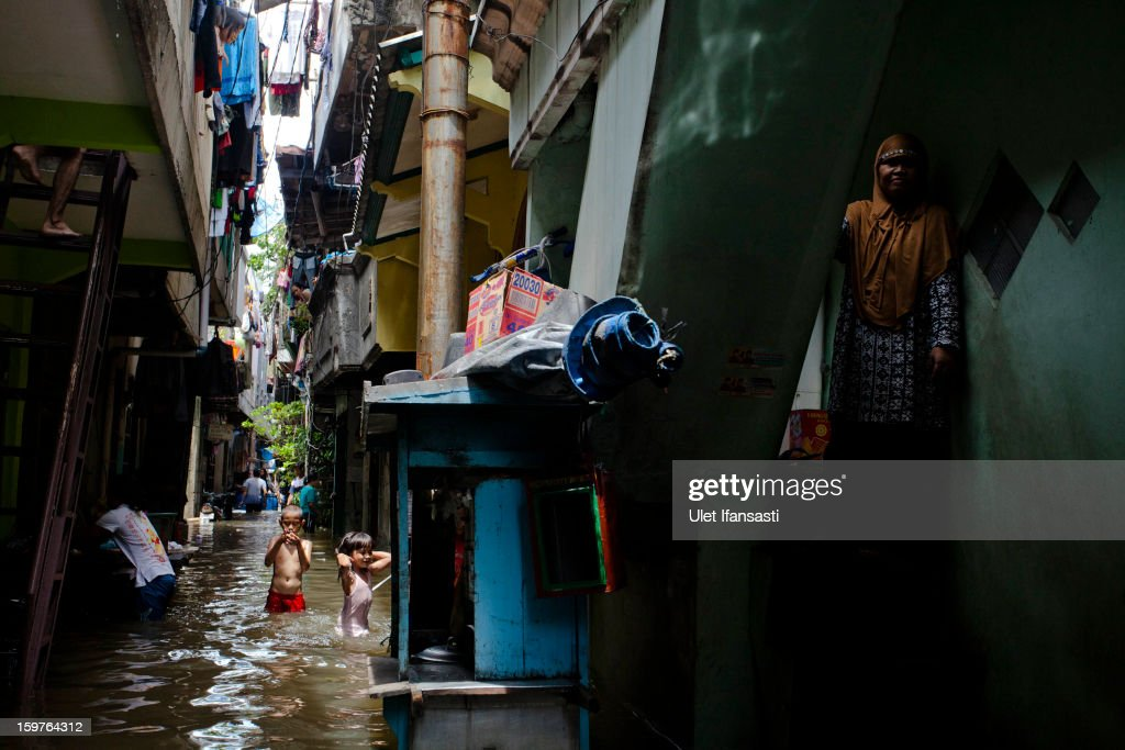 Children play in floodwater as major floods hit North Jakarta on January 20, 2013 in Jakarta, Indonesia. The death toll has risen to at least 21 since severe flooding struck the city on January 17. The US has offrered US$150,000 (Rp 1.44 billion) in aid.