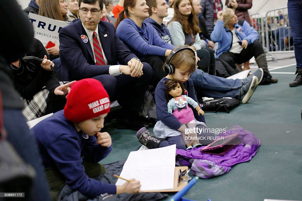 Children play with iPads and toys before a rally for Republican presidential candidate Donald Trump at Plymouth State University, February 7, 2016, in Plymouth, New Hampshire. / AFP / DOMINICK REUTER