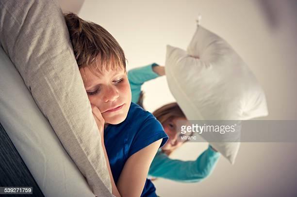 Kinder auf die Eltern playfighting-Bett