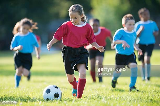 遊ぶ子供、サッカー試合