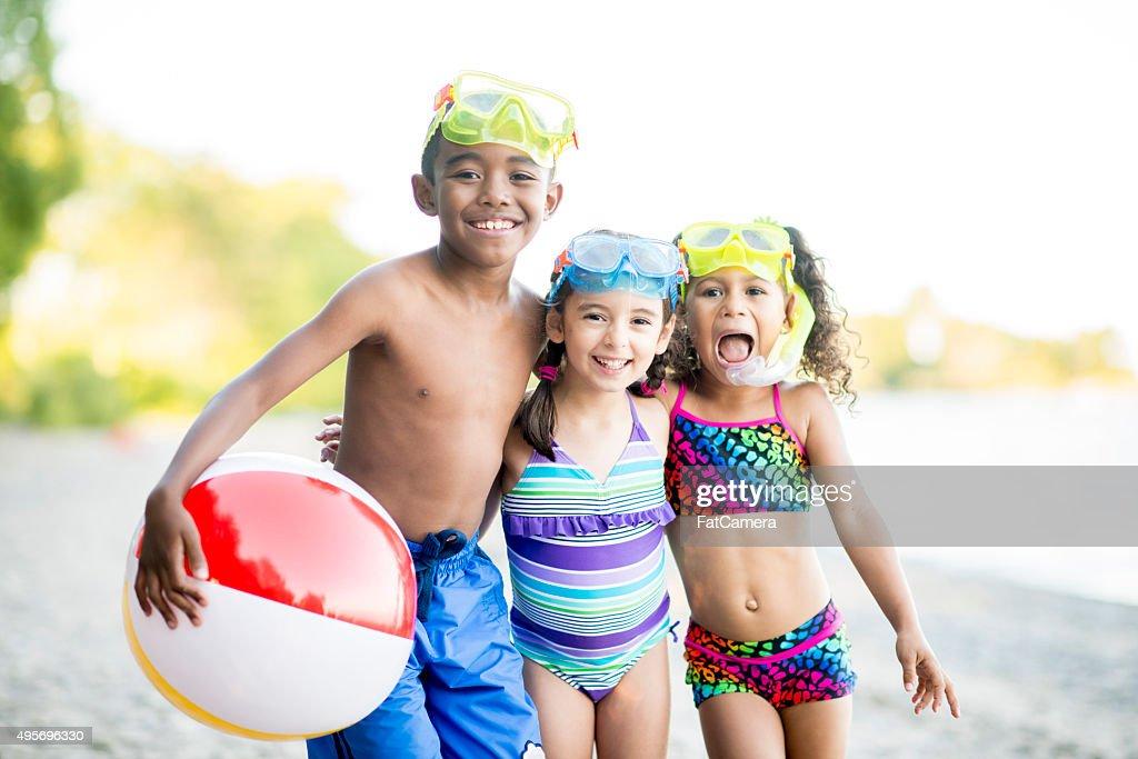 Bambini che giocano sul lago : Foto stock