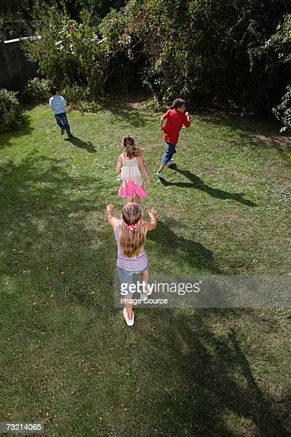 Enfants jouant aveugle mans bluff
