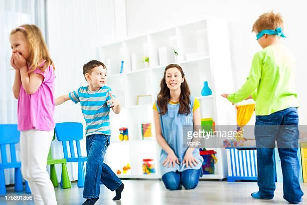 Enfants jouant Cache-cache.