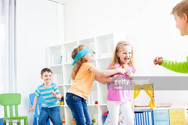 Bambini giocando a nascondino.