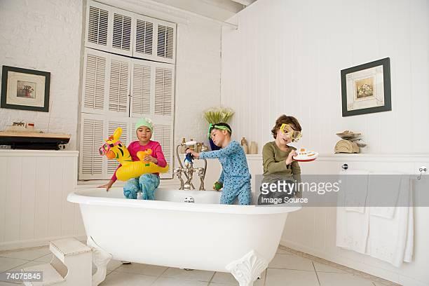 Kinder spielen im Bad