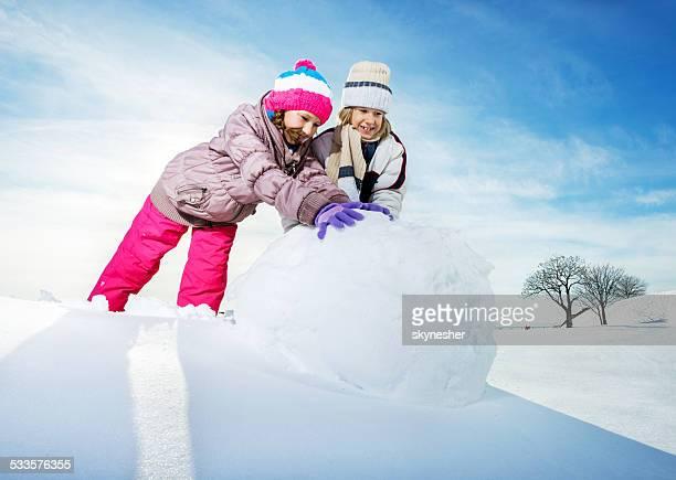 Enfants jouant dans la neige.