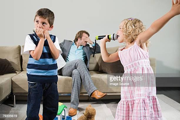 I bambini giocano la musica e canzoni