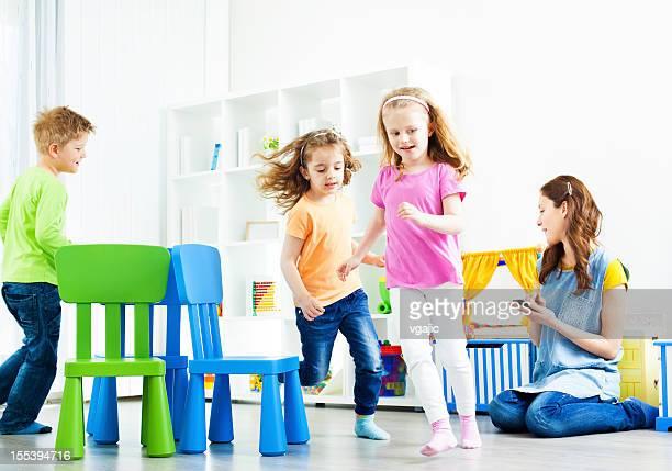 Enfants jouant Musical de chaises.