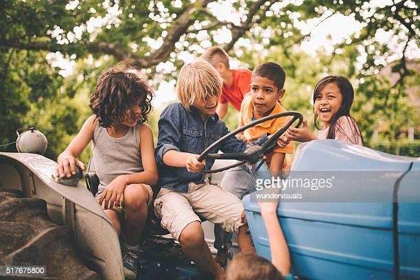 Kinder spielen auf einem Traktor auf einem sonnigen Tag