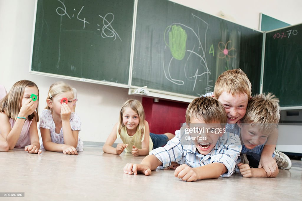 Children playing on floor in classroom : Stock-Foto