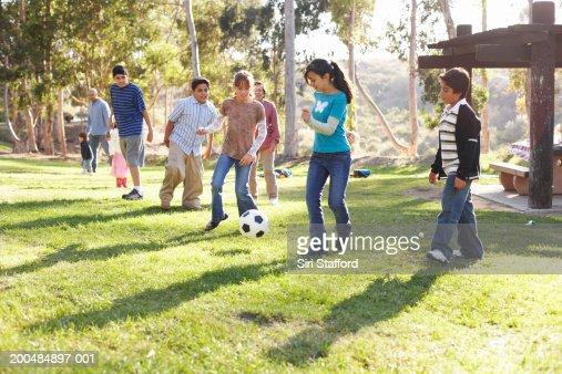 Resultado de imagen para niños jugando en un parque