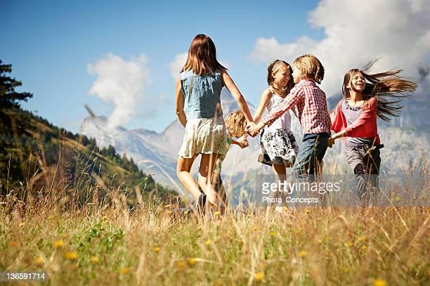 Enfants jouant ensemble dans le champ