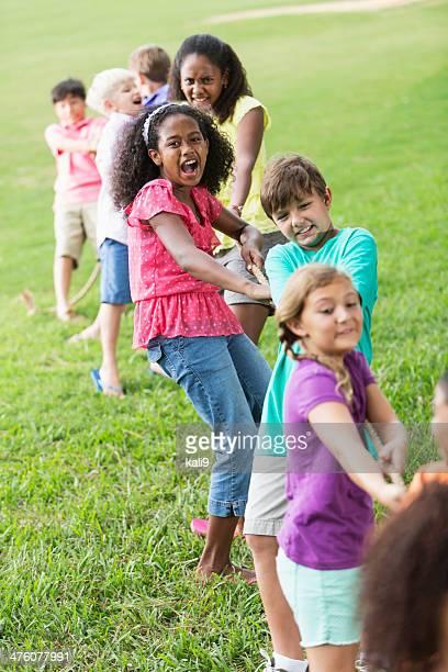 Enfants, jeu de tir à la corde