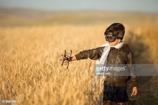 Enfants jouant avec des avion dans le domaine