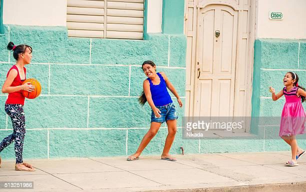 Kinder spielen mit Kugel in der Straße, Kuba