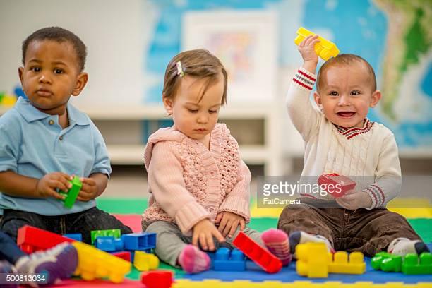 Niños jugando con bloques