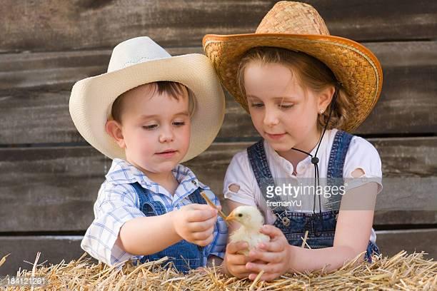 Kinder spielen mit Huhn