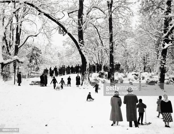 Children playing with sledges in the snow of the public gardens in Milan This picture is taken from the monography 'Mario De Biasi Il mio sogno Š...