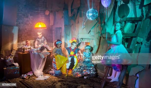 Kinder Kostüm-Party Original Outfit vorbereiten
