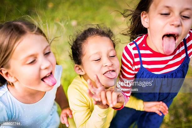 Kinder ziehen Laschen und ziehen lustige Gesichter