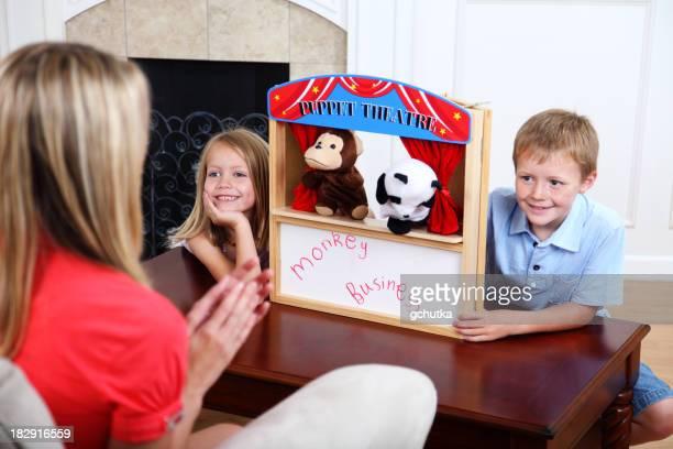 Enfants faisant le spectacle de marionnettes