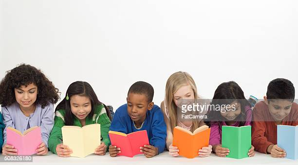 Kinder lesen Bücher zusammen