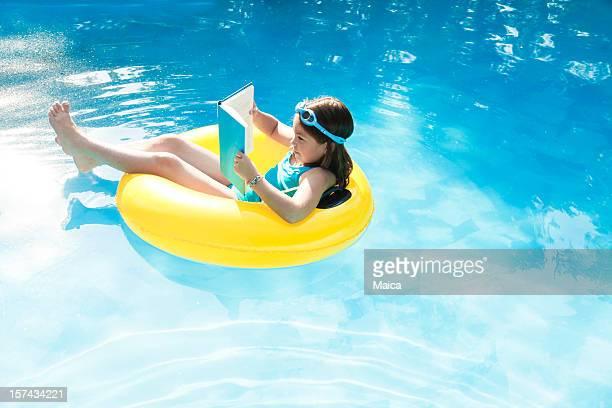 Enfants lisant sur un lifesaver