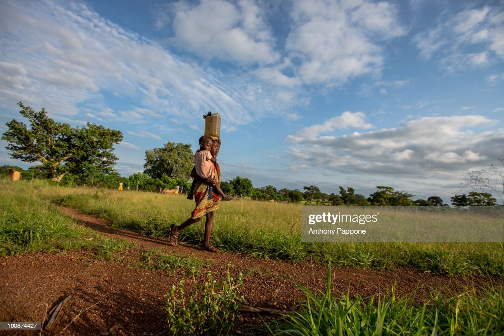 CONTENT] children returns from the well with water, atakora region, the north of benin