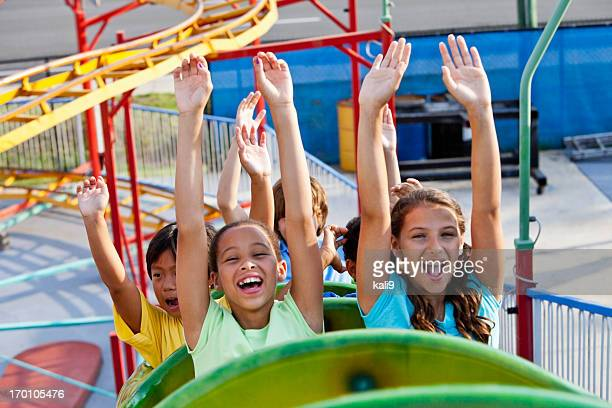 Kinder auf einer Achterbahn