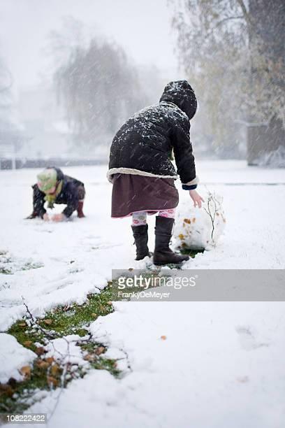 Kinder Rolling Schneebälle für Schneemann im Freien