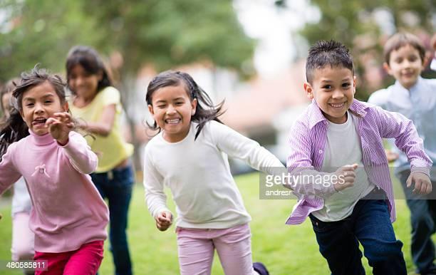 Crianças A correr no parque