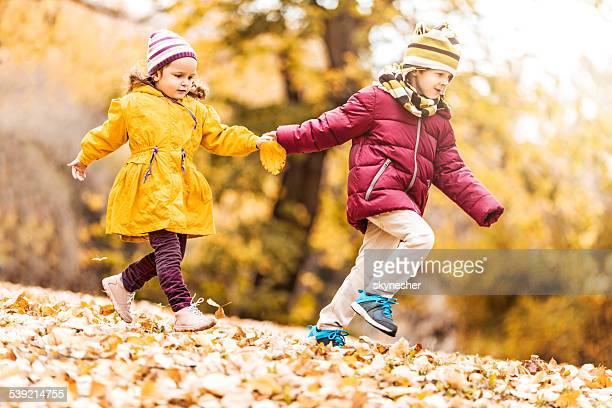 Enfants courir dans la nature.