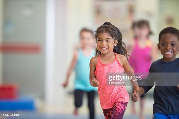 Niños corriendo en el gimnasio