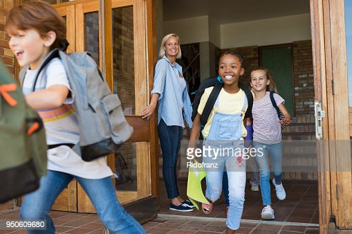 Children running outside school : Foto stock