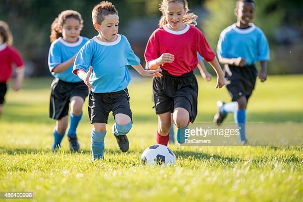 Kinder Rush zu Fußball-Spielball