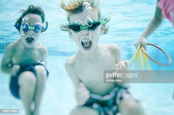 Kinder schreien Unterwasser Spielerisch