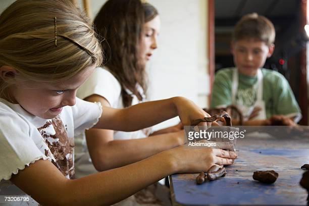 Enfants (8-11) façonnage dans le studio de poterie