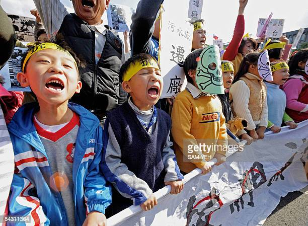 Children shout slogans in front of the Presidential Office in Taipei on January 16 2009 during a demonstration demanding the government shut down a...