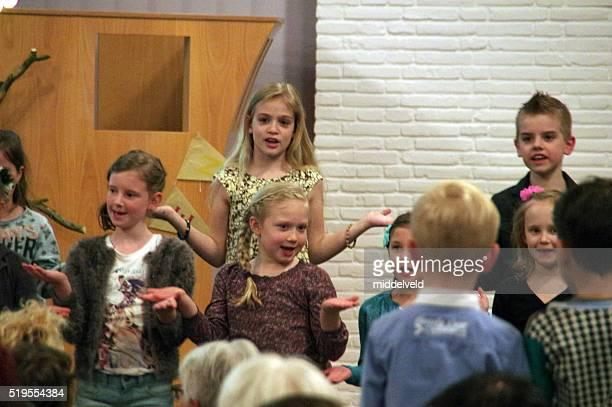Bambini cantando in chiesa