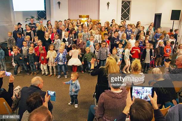 Enfants chantant à l'église