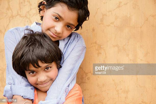 Les enfants. Sœurs en Inde, debout à l'extérieur.