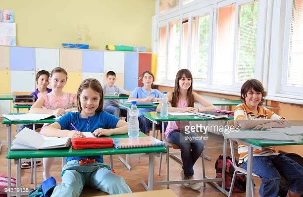 Niños sentado en una lección.