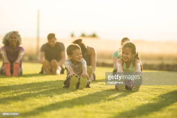 Kinder Lächeln im Yoga-Kurs