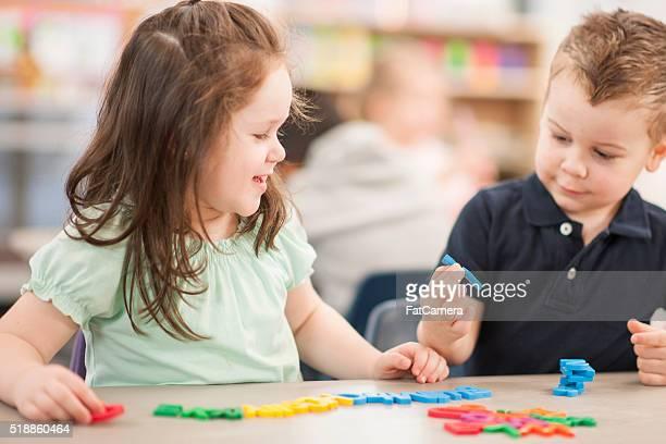 Crianças ortografia de letras de plástico