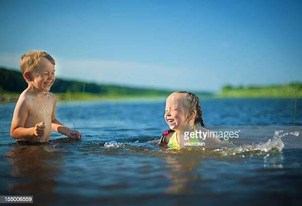 Kinder können sich in einem Fluss