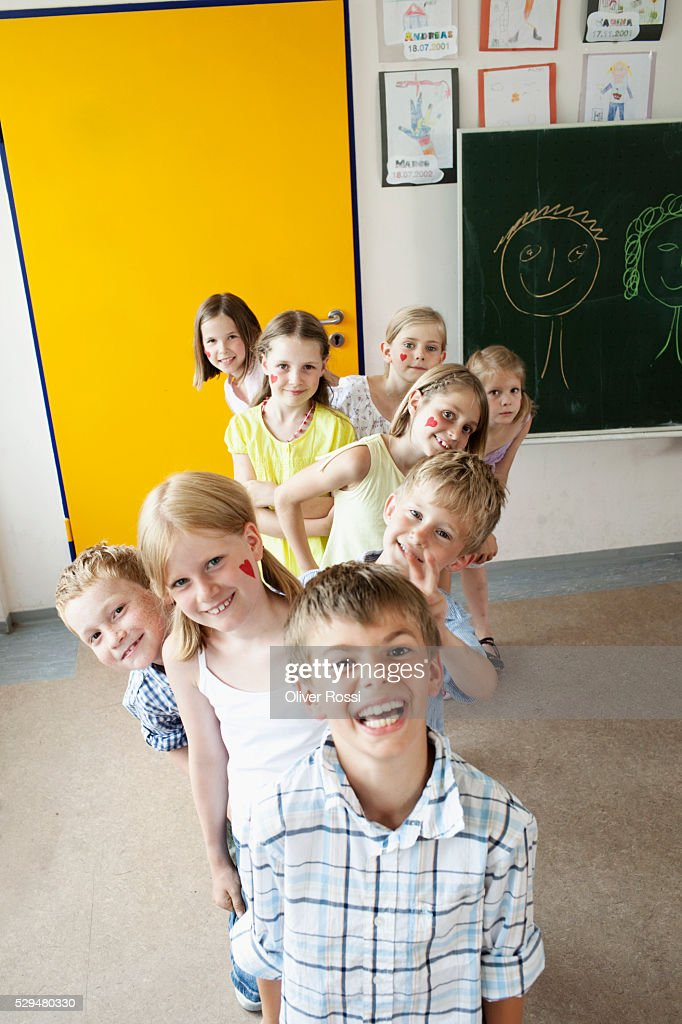Children standing in line in classroom : Stock-Foto